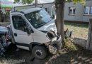 Samochód dostawczy uderzył w drzewo! 27-latek w szpitalu!